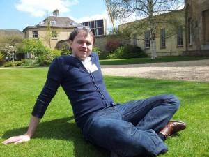 Cas in het gras op locatie - zoals alle colleges in Oxford was ook dit gebouw prachtig, natuurlijk met grasveldje.