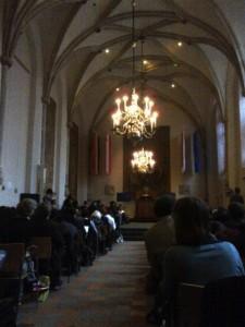 Een volle zaal in het Academiegebouw van de UU.