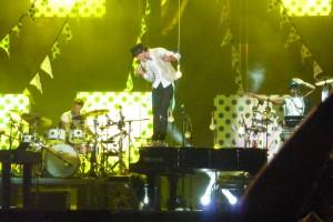 Mika is creatief met de piano