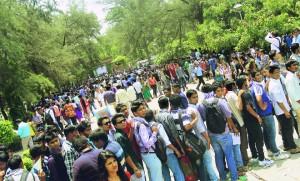 Studenten en hun familie staan uren in de rij om zich in te mogen schrijven voor een universiteit.