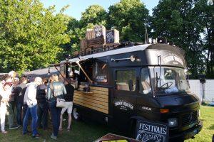Genieten van hapjes tijdens een foodtruckfestival