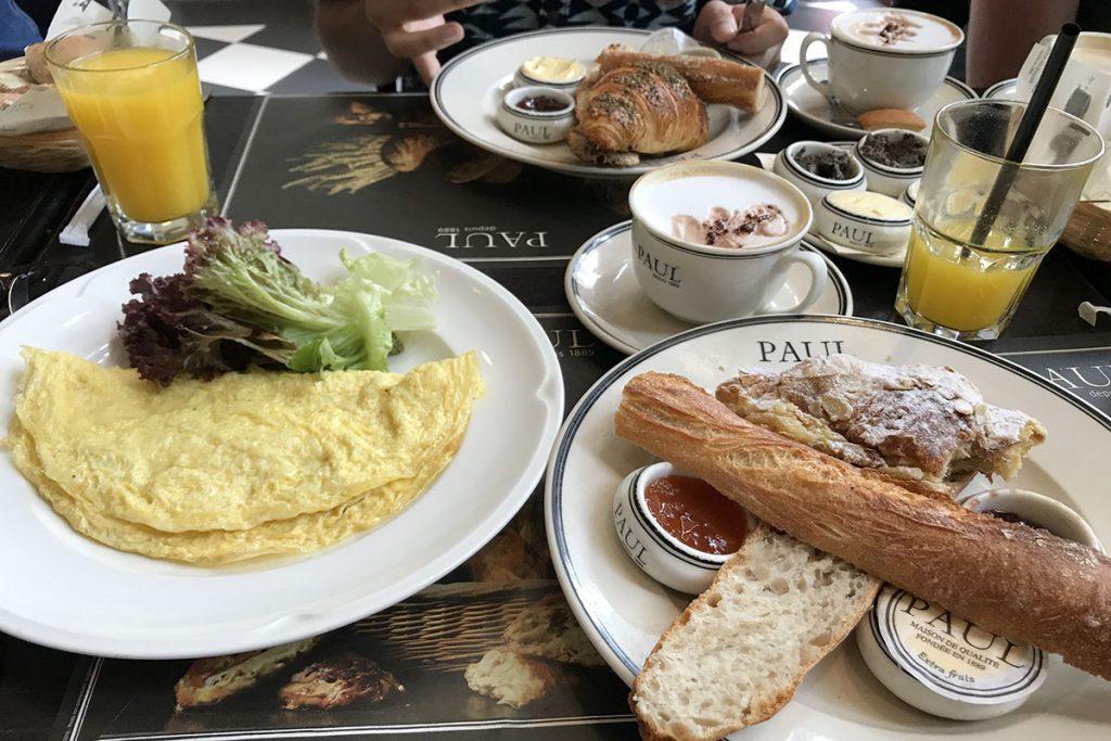 Frans ontbijt bij patisserie Paul in Riyad