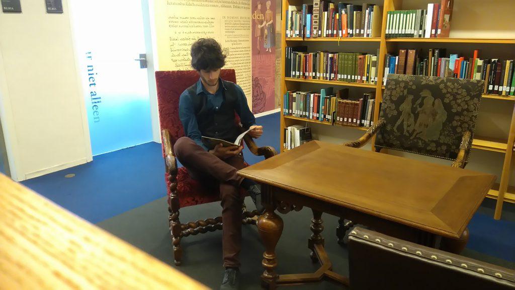 Student-assistent aan het werk. De Paravisie doorzoeken in de Koninklijke Bibliotheek.
